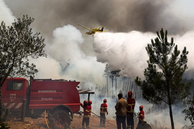 Опустошителни пожари бушуват в Централна Португалия. Над 1000 пожарникари се