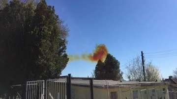 Играят футболен мач, докато завод в Девня бълва оранжев дим в атмосферата