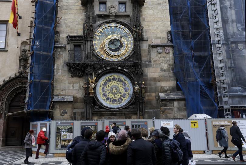 Световноизвестният астрономически часовник на площад Староместки намести в Прага, който