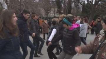 Празнична хоротека изпраща старата и посреща новата година във Варна