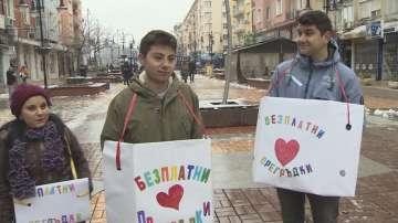 Раздават безплатни прегръдки на столичния булевард