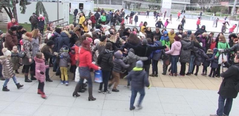 Стотици се прегърнаха в центъра на Бургас по случай Световния