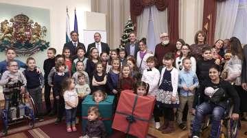 Децата на Българската Коледа и президентът Радев украсиха елха