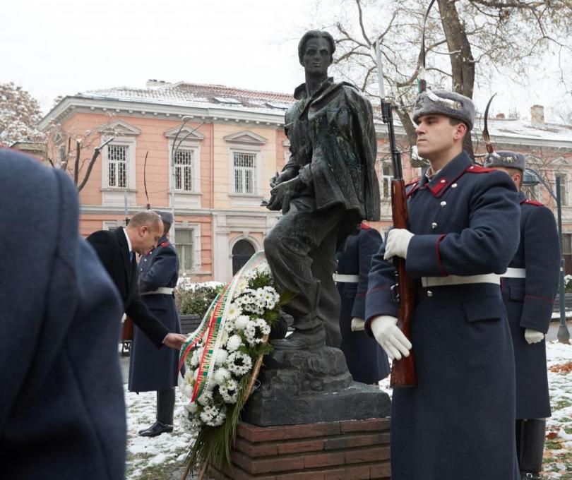 Румен Радев поднесе цветя пред паметника на Никола Вапцаров