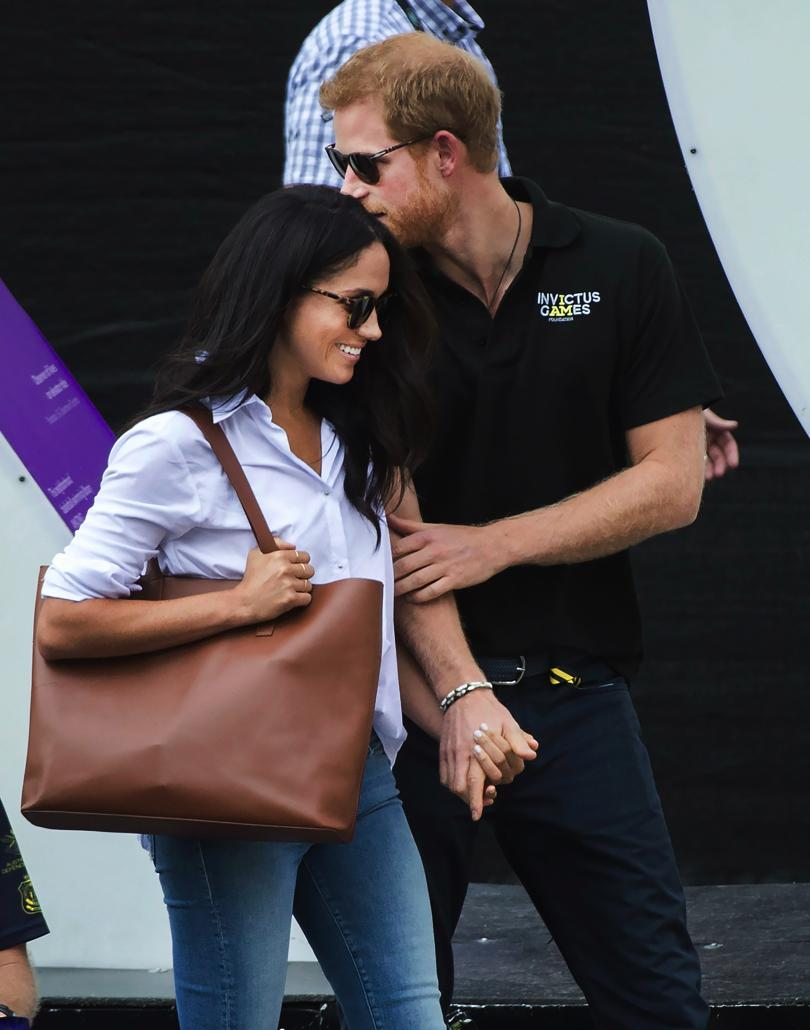 снимка 2 Британският принц Хари се появи за първи път с приятелката си (СНИМКИ)