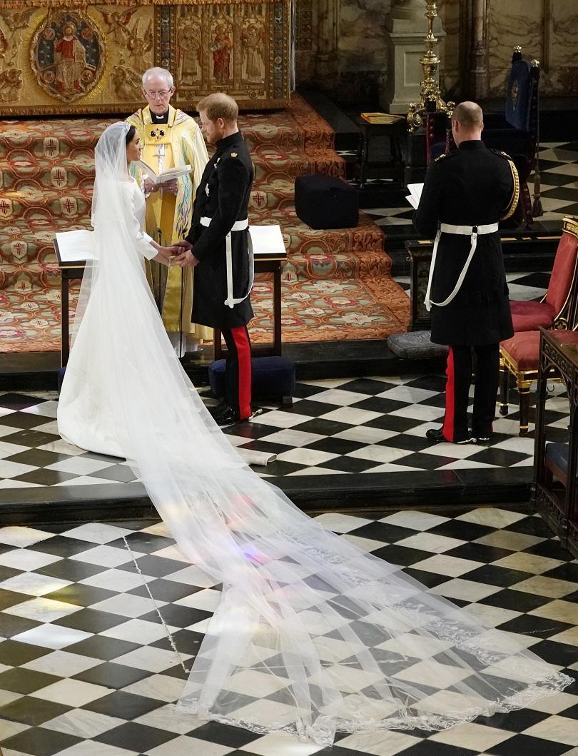 снимка 2 Принц Хари и Меган Маркъл вече официално са съпруг и съпруга (ВИДЕО + СНИМКИ)