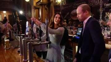 Принц Уилям и Кейт Мидълтън наливаха бира в бар в Белфаст