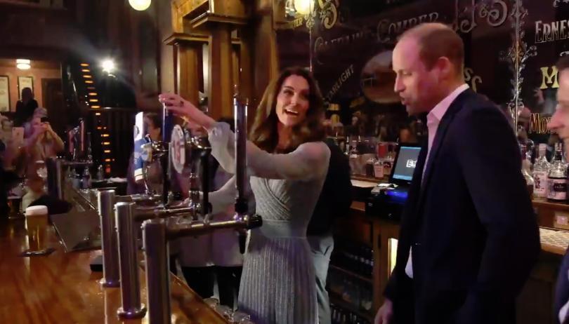 принц уилям кейт мидълтън наливаха бира бар белфаст
