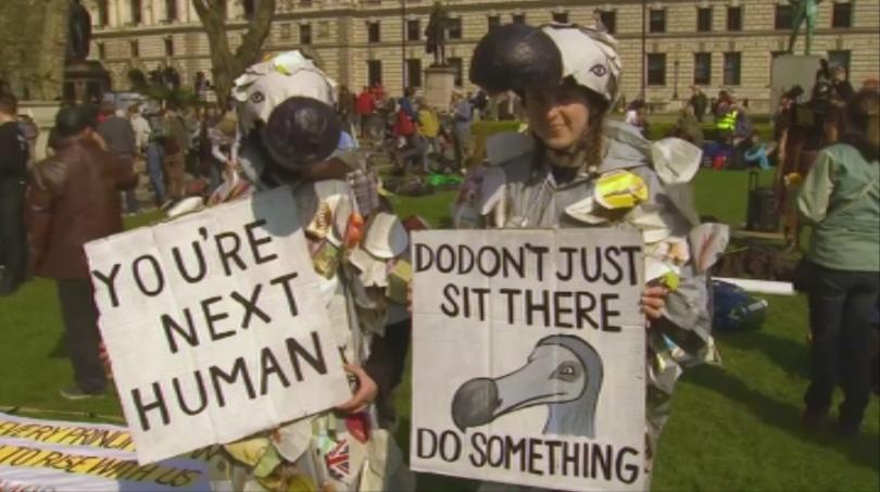 Протести и арести в Лондон, където днес хиляди активисти излязоха