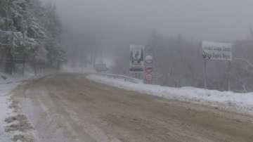 Снегът на прохода Шипка затруднява движението