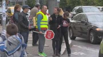 Ироничен протест срещу недоразуменията при пресичане на пешеходна пътека