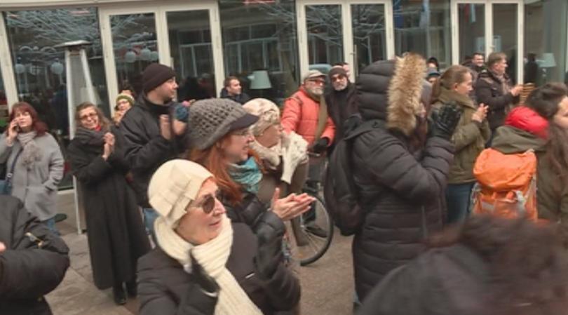 Граждани и културни дейци протестираха пред сградата на БНТ с