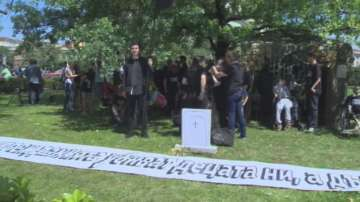 Родители на деца с увреждания протестират пред парламента