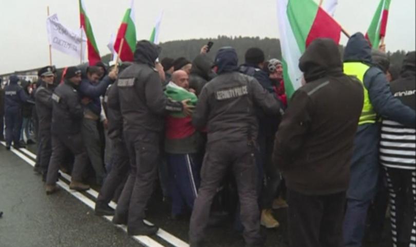 Протестиращите във Варна се събраха на площада пред Катедралния храм