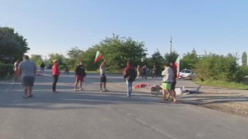 Блокадата на пътя Сливен - Ямбол продължава повече от две денонощия