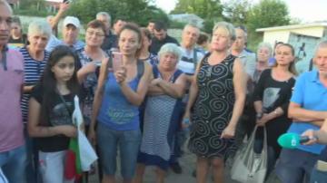 Жители на село Бeзмер блокираха главния път към близката авиобаза
