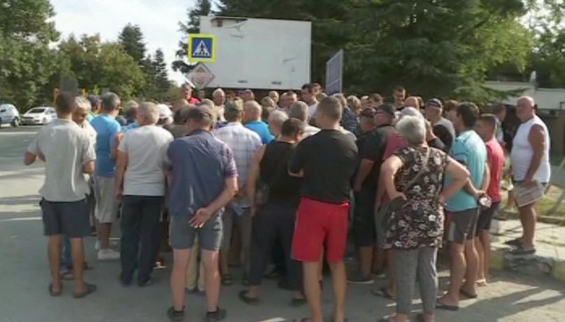 Трети ден жителите на Община Долни Чифлик протестират срещу заповедта