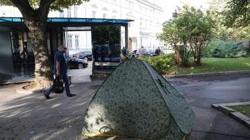 Остава палатковият лагер на медицинските работници пред НС