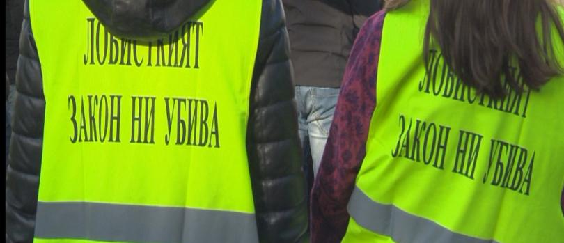 Дребни търговци на горива се събраха на мълчалив протест пред