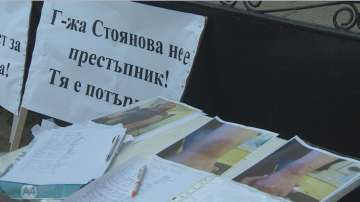 Протест в подкрепа на учителката, обвинена в насилие над ученичка в с. Яна