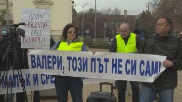 Протестиращи се събраха пред НС в подкрепа на Валери Симеонов