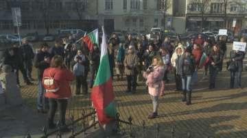 Протестиращи се събраха пред НС, искат отмяна на Закона за социалните услуги