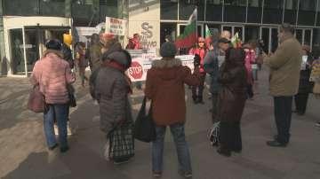 Потърпевши от частни съдебни изпълнители се събраха на протест пред БНТ