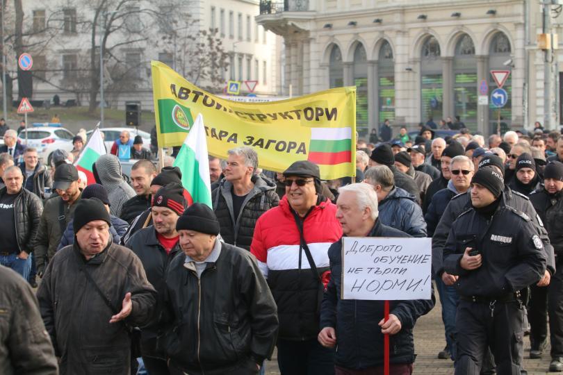 """снимка 1 Автоинструктори блокираха """"Цар Освободител"""" в знак на протест"""