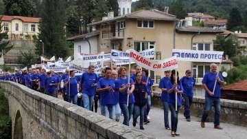 """Протестират 400 служители на оръжейното дружество """"ЕМКО"""""""