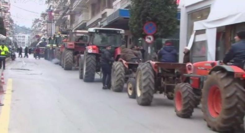 Гръцките фермери подновяват пътните блокади