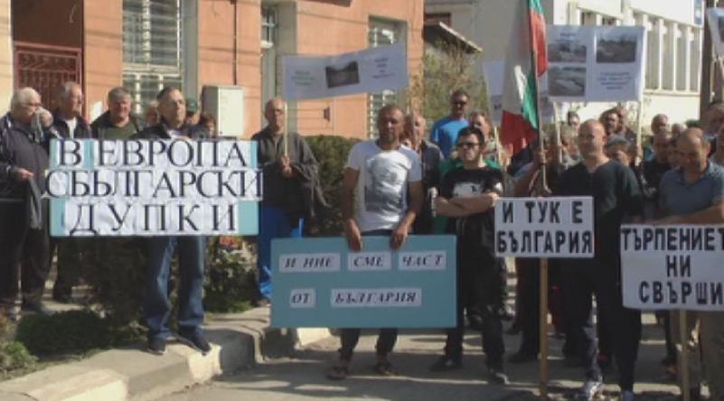 Жители на общините Гулянци и Никопол на протест срещу разбит път