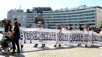 Майки на деца с увреждания излязоха на протест пред парламента