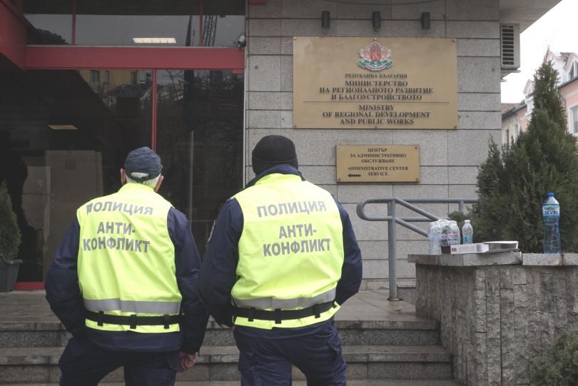 снимка 8 Протестиращи щурмуваха сградата на МРРБ, полицията използва лютив спрей