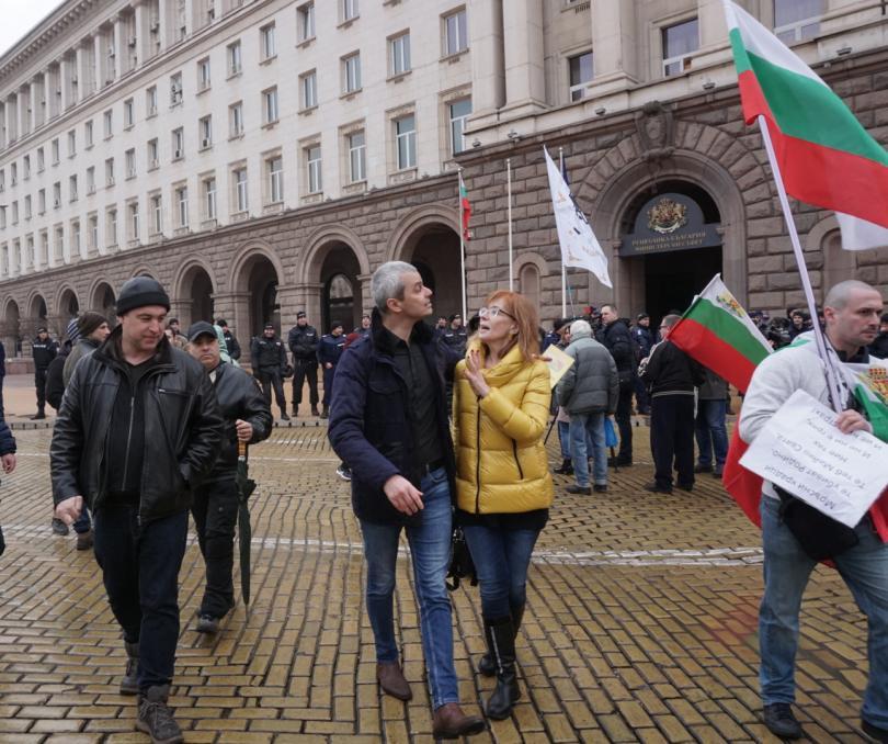 снимка 6 Протестиращи щурмуваха сградата на МРРБ, полицията използва лютив спрей