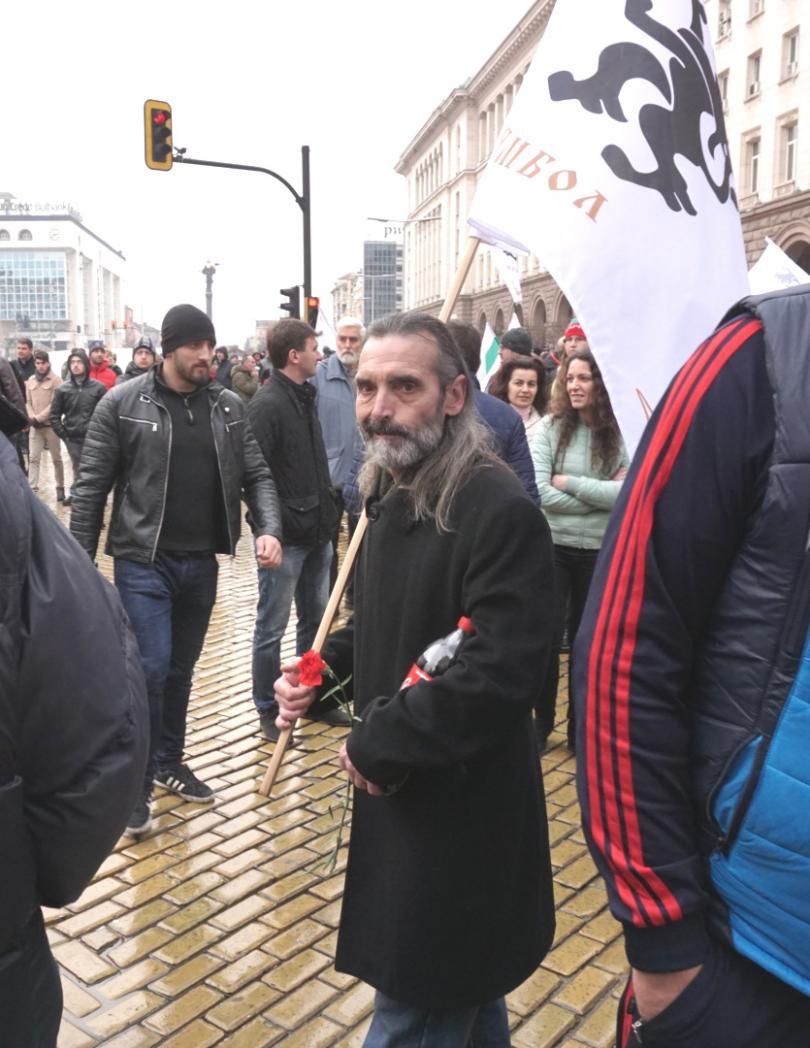 снимка 13 Протестиращи щурмуваха сградата на МРРБ, полицията използва лютив спрей
