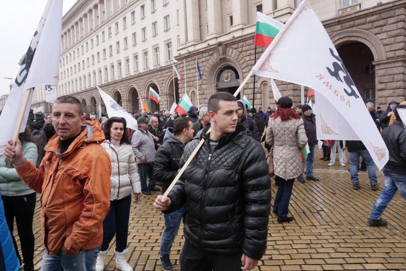 снимка 14 Протестиращи щурмуваха сградата на МРРБ, полицията използва лютив спрей