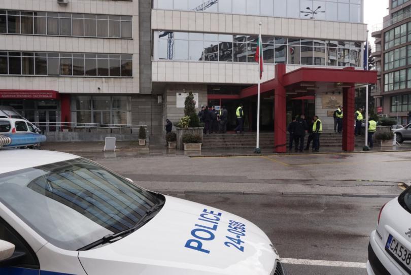 снимка 9 Протестиращи щурмуваха сградата на МРРБ, полицията използва лютив спрей