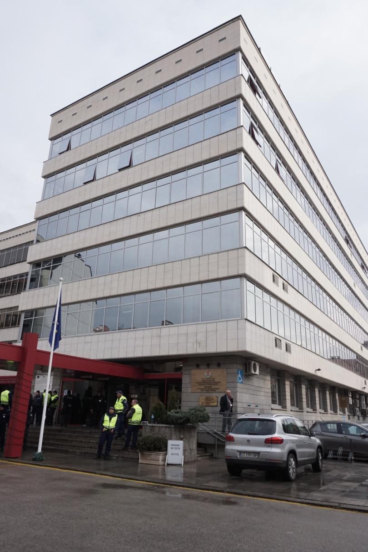 снимка 10 Протестиращи щурмуваха сградата на МРРБ, полицията използва лютив спрей