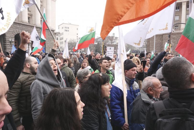 снимка 1 Протестиращи щурмуваха сградата на МРРБ, полицията използва лютив спрей