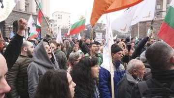 Ескалация на напрежението между протестиращи и полиция пред МРРБ