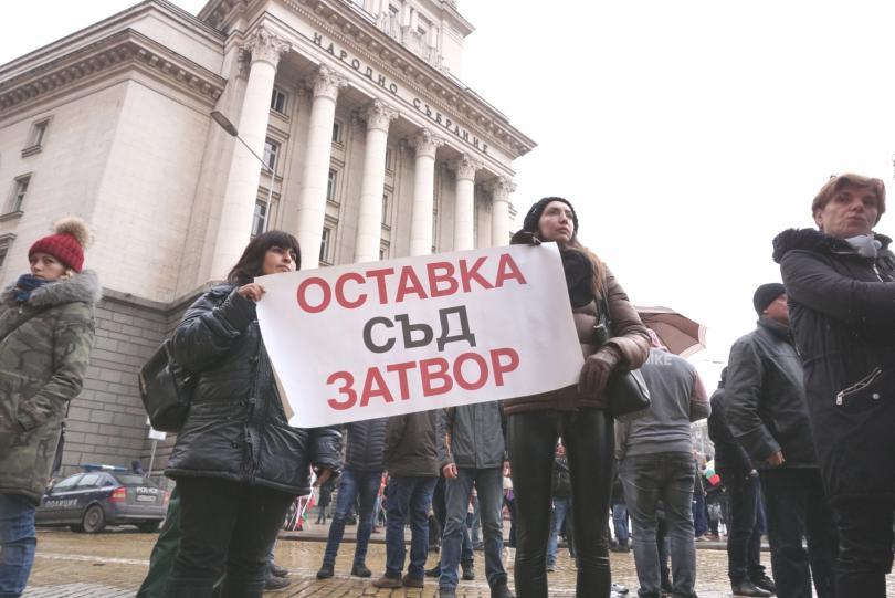 снимка 2 Протестиращи щурмуваха сградата на МРРБ, полицията използва лютив спрей