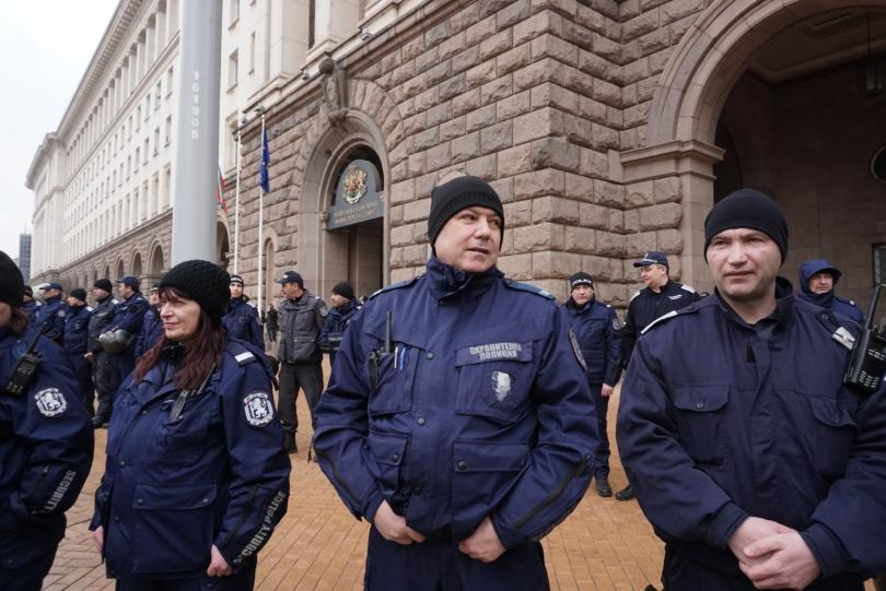 снимка 3 Протестиращи щурмуваха сградата на МРРБ, полицията използва лютив спрей