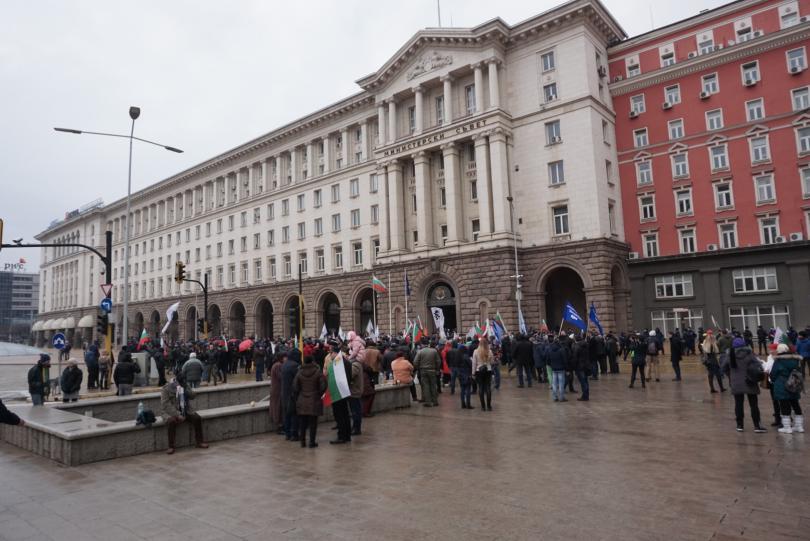 снимка 4 Протестиращи щурмуваха сградата на МРРБ, полицията използва лютив спрей