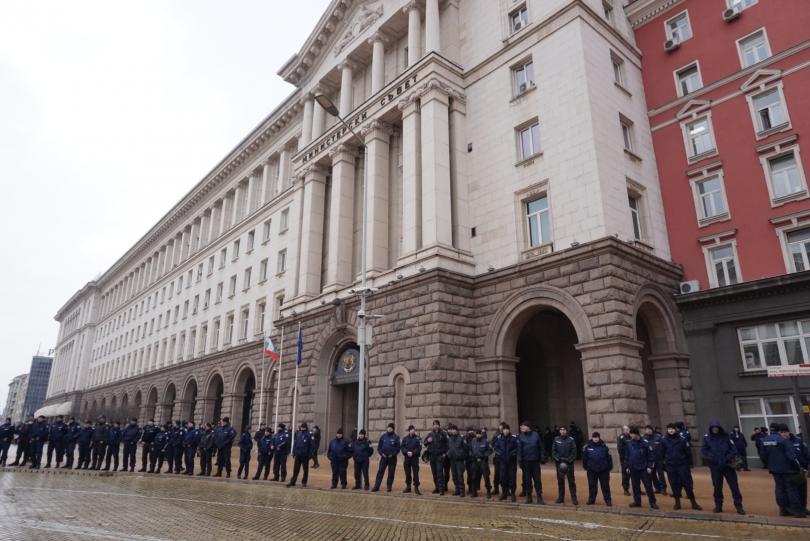 снимка 5 Протестиращи щурмуваха сградата на МРРБ, полицията използва лютив спрей
