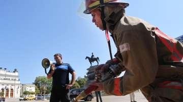 Пожарникари и полицаи на протест в София и Варна