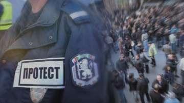 Близо сто надзиратели се събраха пред Бургаския затвор на протест