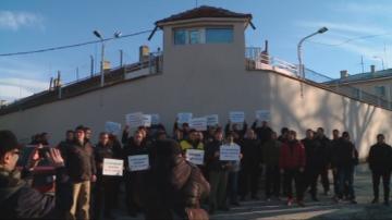Служители в затворите в цялата страна излязоха на протест заради ниски заплати