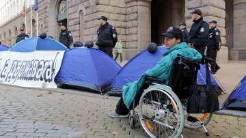 Протестиращите майки връщат палатките си зад Народното събрание