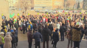 Жители на Перник протестират в столицата