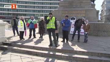 Протестиращи пред парламента настояват за оставки и справедливост
